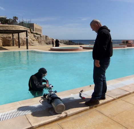 Attaching the cylinders for a trial dive with side mounting